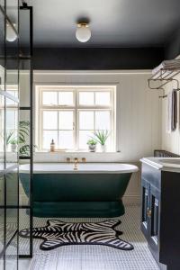 Plafond noir dans une salle de bain en noir et blanc - Nantes 44