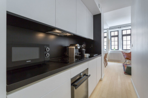 Idées cuisine couloir, couleurs claires et matières réfléchissantes cuisine en L - Nantes 44