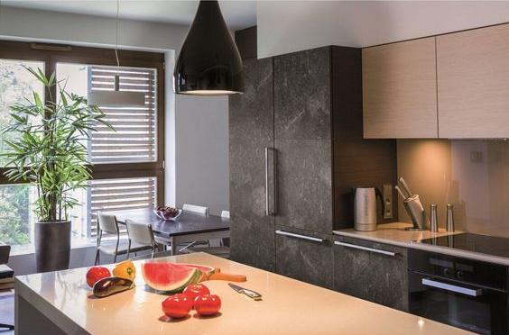 Rafraîchir une cuisine en collant un revêtement adhésif sur les placards de cuisine - Nantes 44
