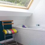 Salle de bain en sous-pente avec fenêtre de toit - Nantes 44